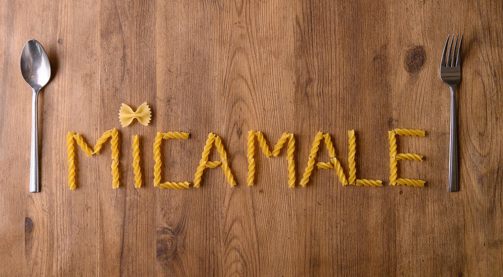 パスタを並べて作れれた英字「MICA MALE」の画像